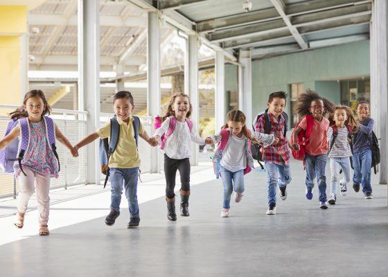 Niños corriendo tomados de las manos