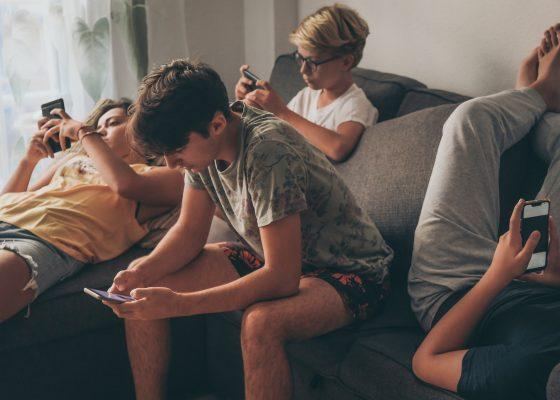 Niños revisando el celular