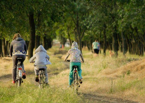 Niños andando en bicicleta