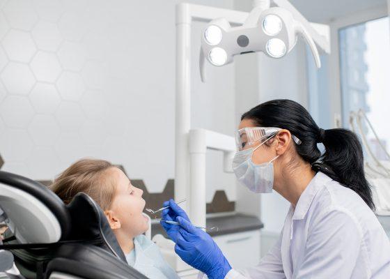 Odontólogo revisa a los dientes de un niño