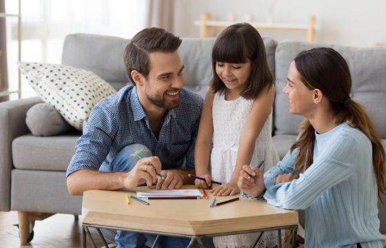 Padres coloreando con su hija